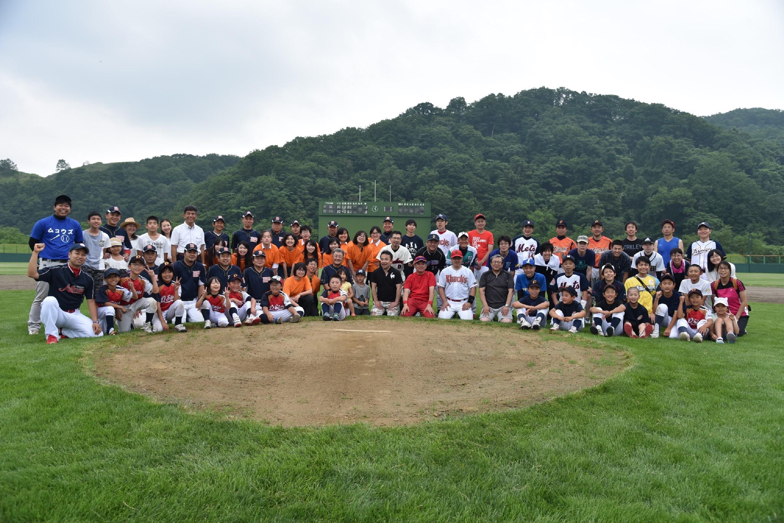 東京と夕張の草野球チームが対戦する「夕張メロンカップ」を実現させた都立荒川商業高校の生徒たち